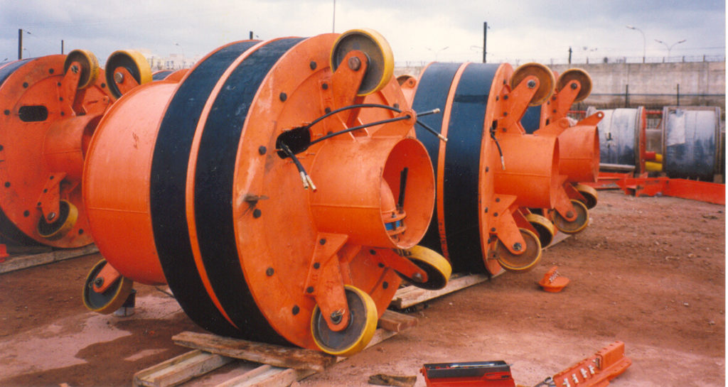High pressure pipe plugs, large diameter plug