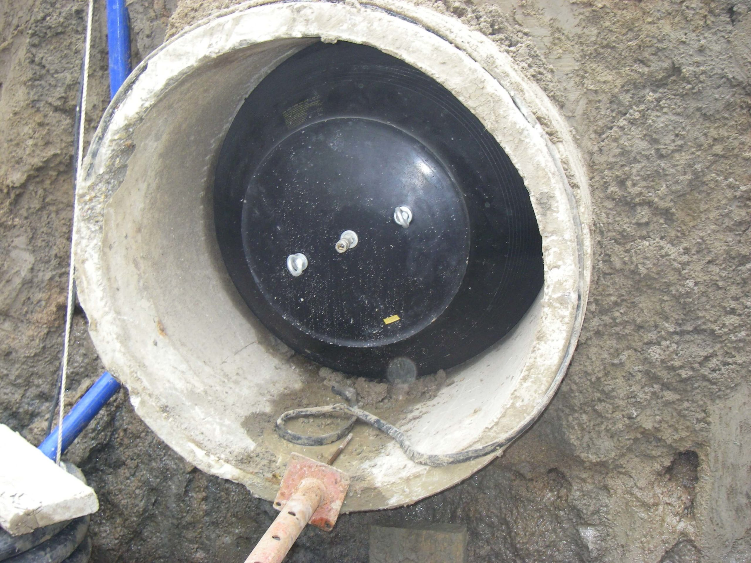 Inflatable sewer pipe plug inflated